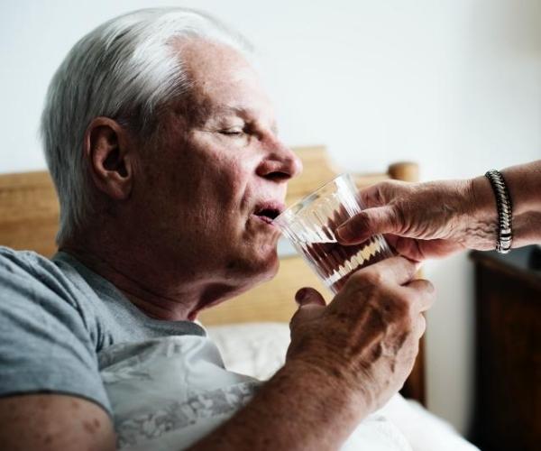 cómo hidratar a un anciano