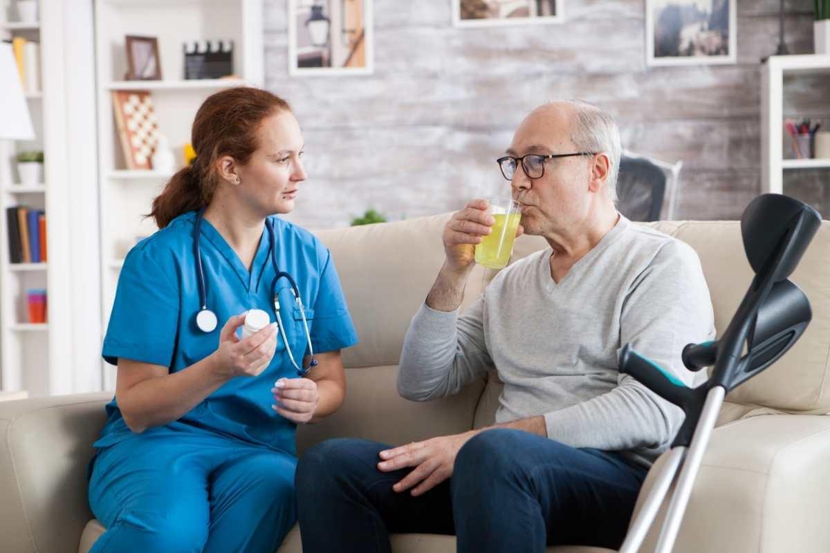 infermera y persona mayor sentados Comidas para disfagia TALIMENT